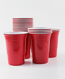 Red cups staplade i högar